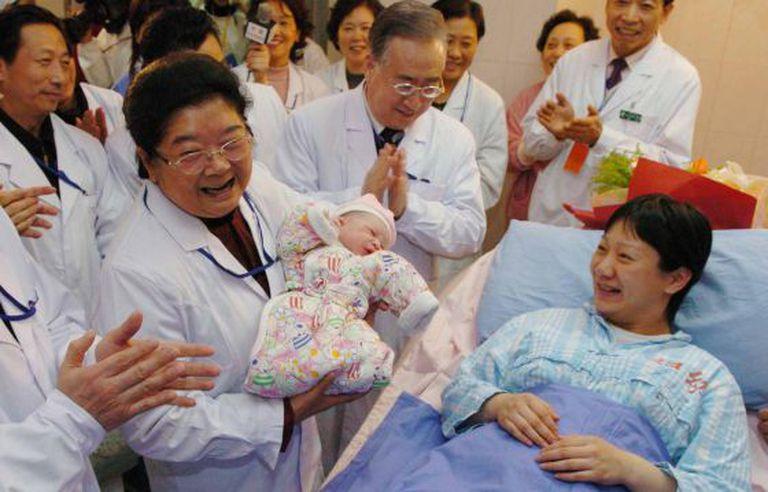 Autoridades visitam num hospital de Pequim a criança considerada o habitante 1,3 bilhão da China, em 2012.