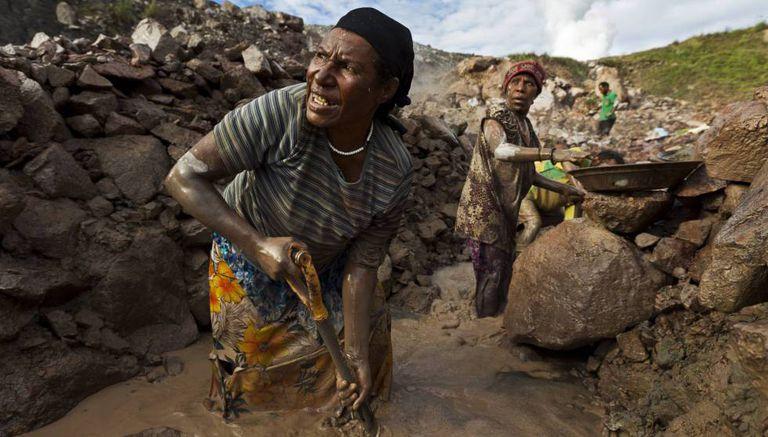Duas mulheres extraem ouro na mina de Porgera em Papua Nova Guiné.