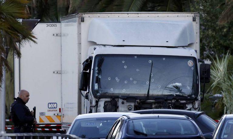 O caminhão de grande porte que investiu contra a multidão em Nice.