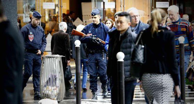 Policiais vigiam uma rua após os atentados em Paris.