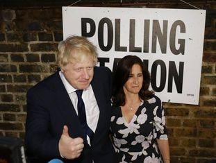 Boris Johnson e sua mulher Marina, após votar a favor do Brexit.