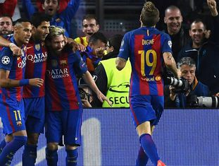Jogadores do Barcelona comemorando gol de Lionel Messi.