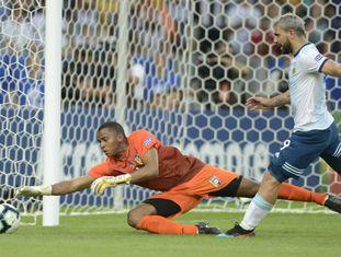 Agüero contra o goleiro Fariñez, na partida entre Argentina e Venezuela no Maracanã.