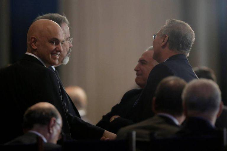 Alexandre de Moraes sorri em encontro com Temer e parlamentares no Palácio da Alvorada.