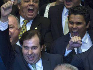 Maia comemora vitória em disputa para presidência da Câmara dos Deputados.