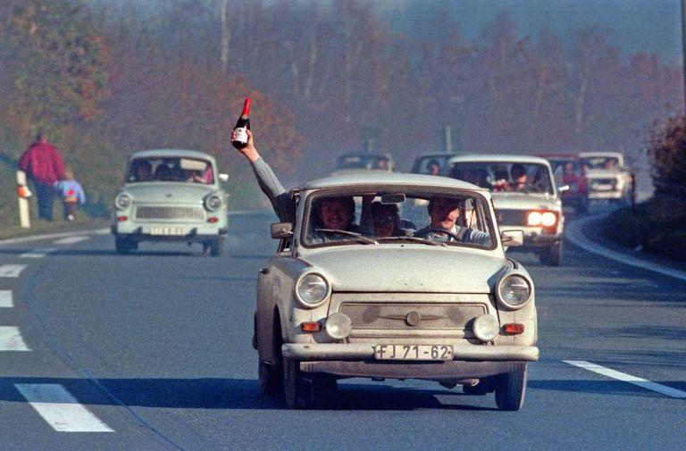 Comemoração da queda do Muro de Berlim em uma estrada da Baviera (Alemanha Ocidental), em 1989.