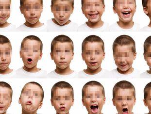 Criança mostra diferentes emoções.