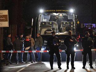 Vários policiais na terça-feira ao lado do ônibus do Borussia Dortmund em Dortmund (Alemanha).