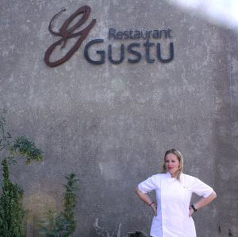 Kamilla Seidler, diante do restaurante Gustu.