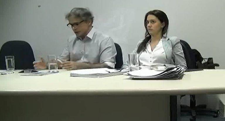 O marqueteiro Renato Pereira, ao lado de sua advogada Danyelle Galvão