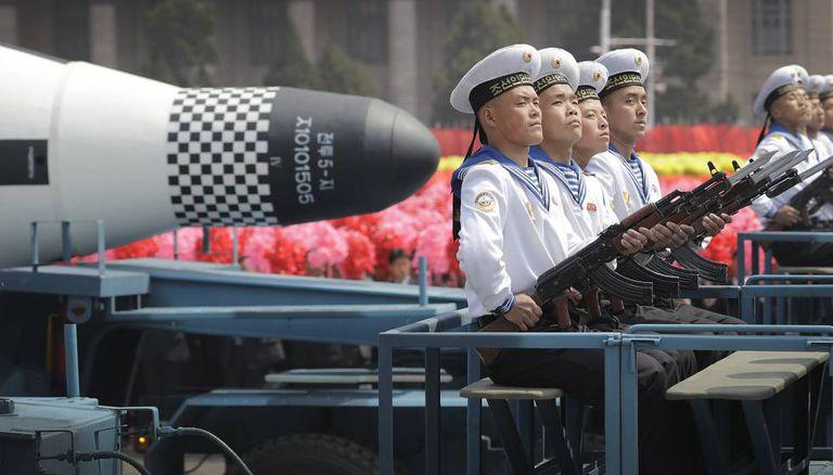 Membros da marinha norte-coreana desfilam em Pyongyang.