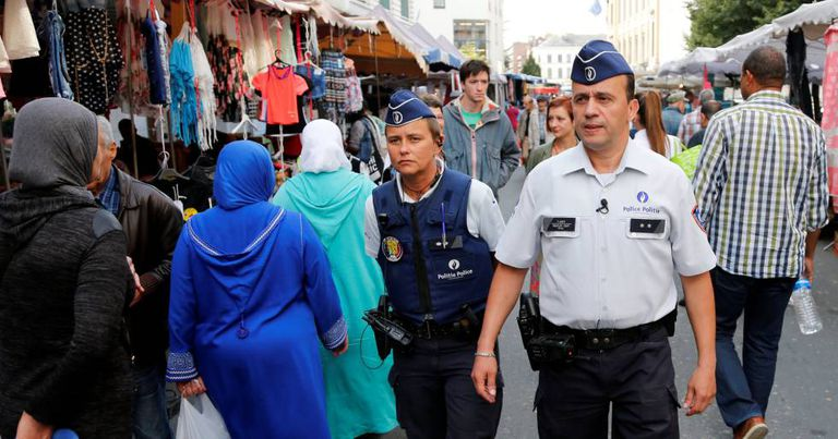 Um casal de policiais patrulha o mercado do bairro de Molenbeek.