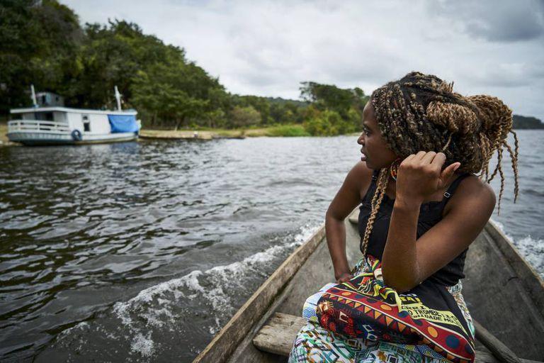 Drica a caminho da escola da comunidade de Tapagem, onde é professora de alunos de cinco e seis anos.