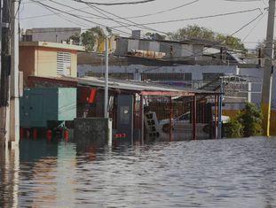 Rua inundada em Santasucre, depois da passagem do furacão Maria por San Juan.