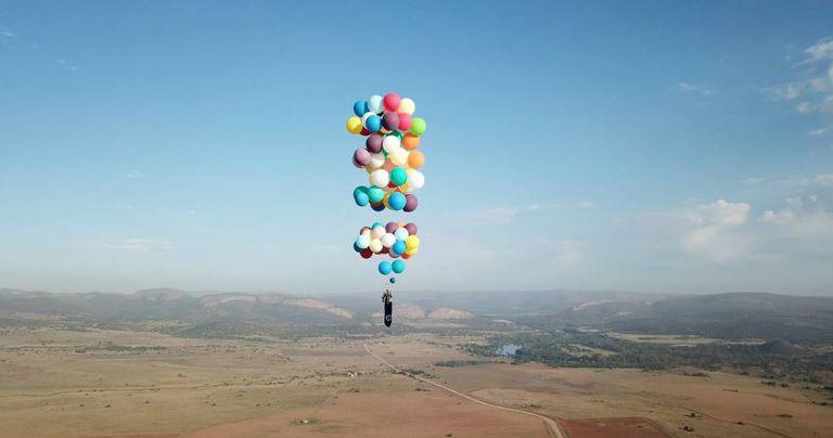 O britânico Tom Morgan sobe no céu da África do Sul.