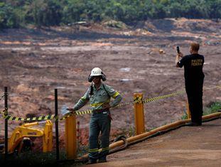 Oficial da Polícia Federal faz fotos na barragem I da mina do Feijão, em Brumadinho.
