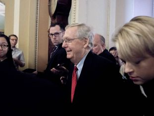 O líder republicano do Senado, Mitch McConnell, após anunciar aos jornalistas que contam com os votos suficientes.