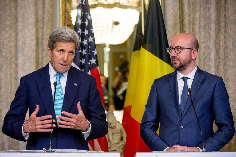 O primeiro-ministro belga, Charles Michel junto a John Kerry.
