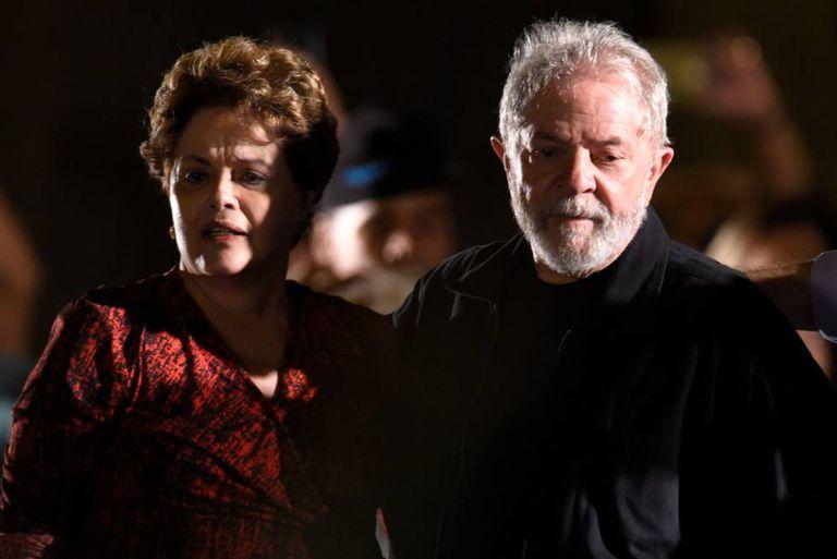 Os ex-presidentes Dilma Rousseff e Luiz Inácio Lula da Silva em comício em Belo Horizonte