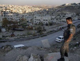 Policial israelense em bairro árabe de Israel.