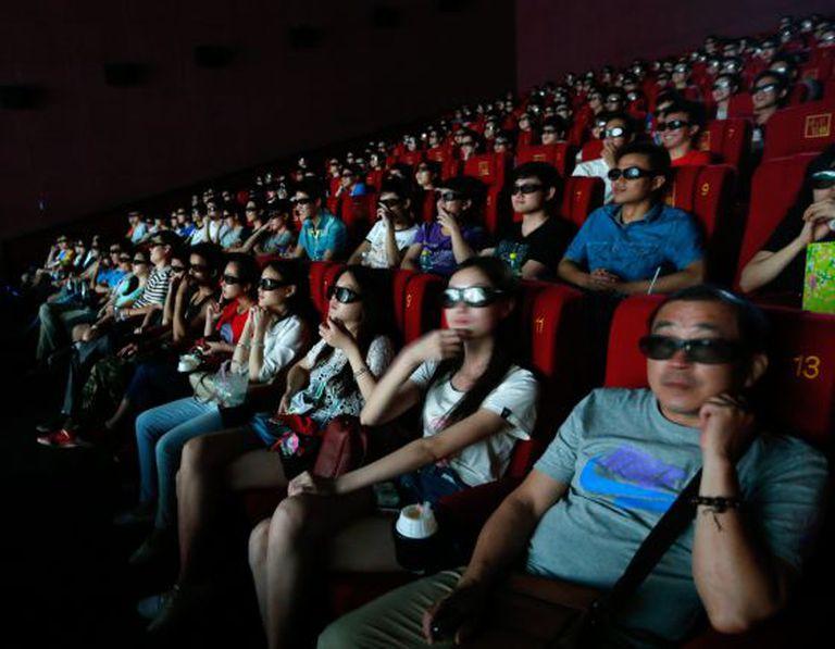 Espectadores chineses assistem 'Transformers: a era da extinção', em 3D.