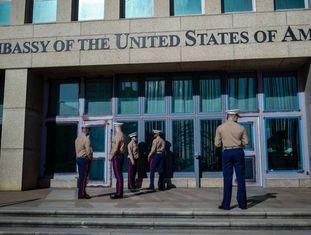 Soldado dos Marines vigiam a Embaixada dos EUA em Cuba.
