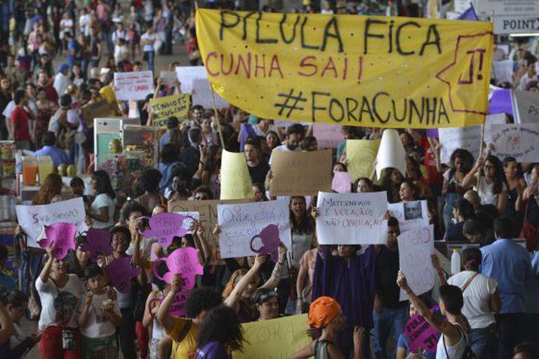 Mulheres marcham pela pílula e contra Cunha em SP.