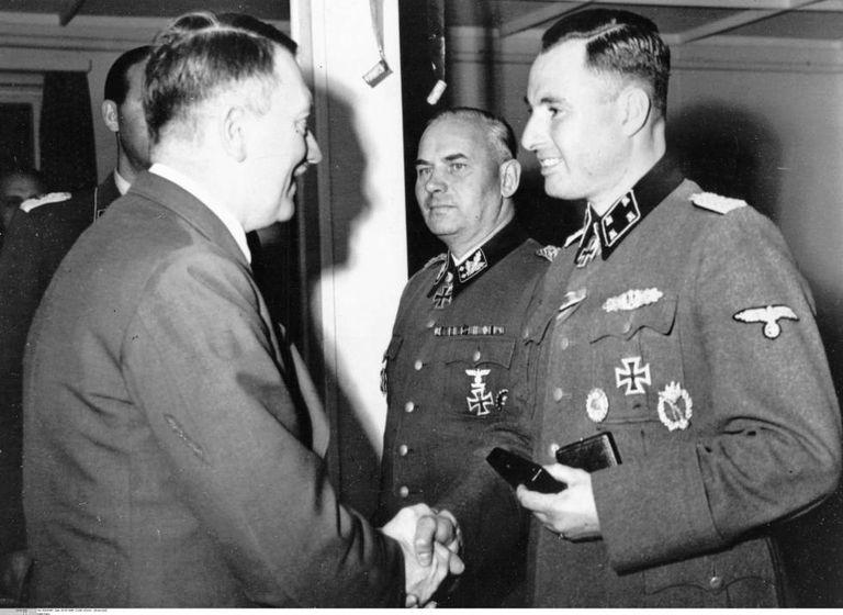 Hitler felicita o belga Léon Degrelle após condecorá-lo em 1944 com a Cruz de Cavaleiro com Folhas de Carvalho.
