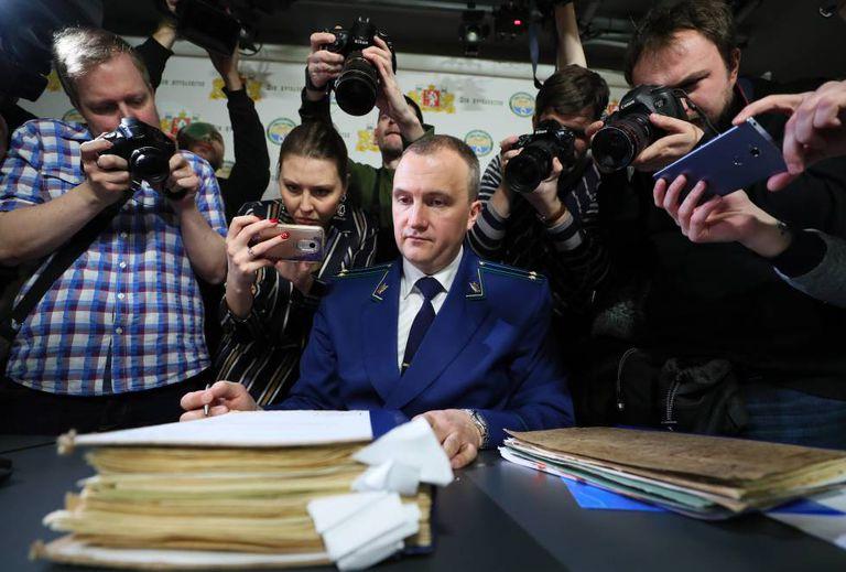 O porta-voz do Ministério Público de Sverdlovsk, Andrei Kuryakov, rodeado de jornalistas enquanto apresenta os arquivos do 'caso Dyatlov', na sexta-feira, em Ekaterimburgo.