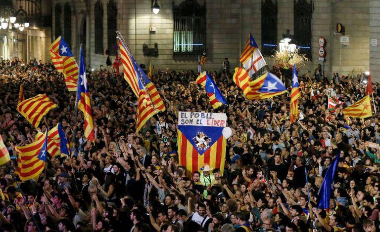 Manifestantes pró-independência comemoram na praça  Sant Jaume em Barcelona.