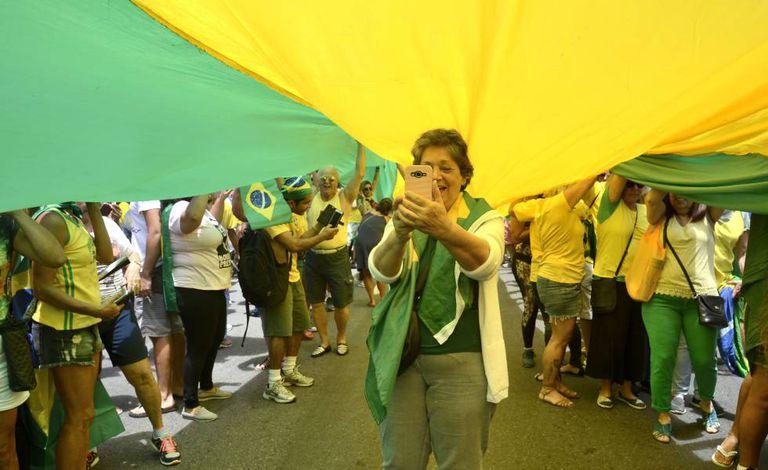 Manifestante faz foto durante ato no Rio de Janeiro em apoio ao então candidato Jair Bolsonaro, em outubro de 2018
