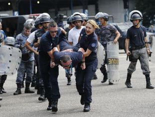 Agentes franceses durante treinamento com a polícia no Rio.