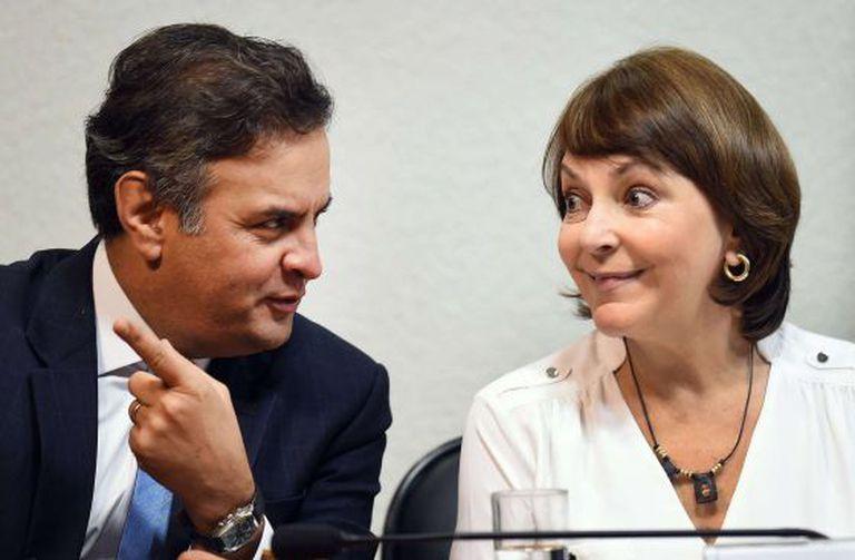 Mitzy Capriles conversa com Aécio Neves durante reunião no Senado.