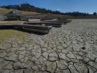 Atracadouros no lago Folsom, afetado pela seca na Califórnia, em setembro.