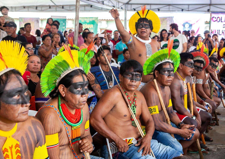 Guerreiros Kayapó fazem barreira humana para proteger Raoni, indicado ao Prêmio Nobel da Paz, em evento tumultuado por fazendeiros e grileiros