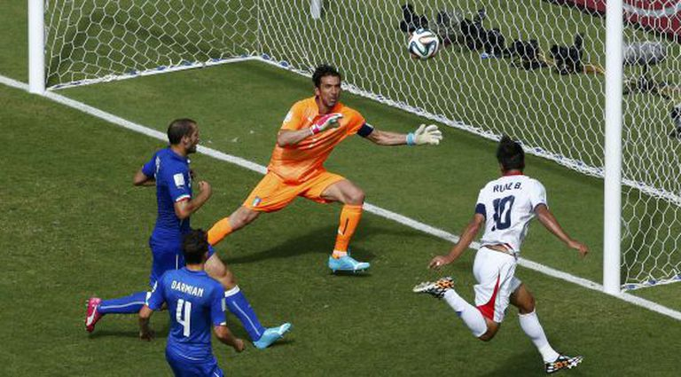 Bryan Ruiz marca o gol da Costa Rica.