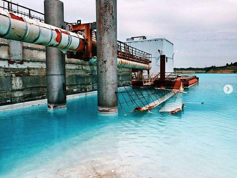 Uma imagem um pouco mais realista do lugar: este lago de águas turquesa é na verdade o local onde vão parar os rejeitos de uma central termoelétrica que abastece a cidade de Novosibirsk.