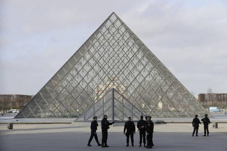Soldados fiscalizam a região ao redor do museu do Louvre,.