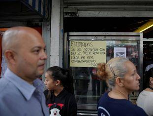 Padaria na Venezuela exibe um cartaz pedindo para que os clientes não façam fila.