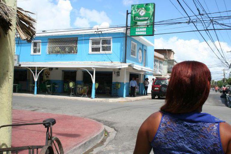 Gabriela Flores nas ruas de Boca Chica, onde costumava se prostituir quando era menor. Às vezes, ainda faz isso.