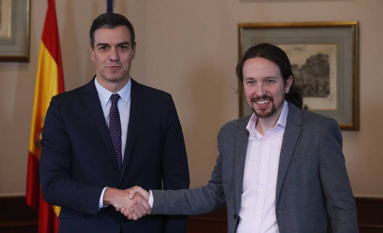 O primeiro-ministro da Espanha, Pedro Sánchez, e o líder do Podemos, Pablo, anunciam acordo.