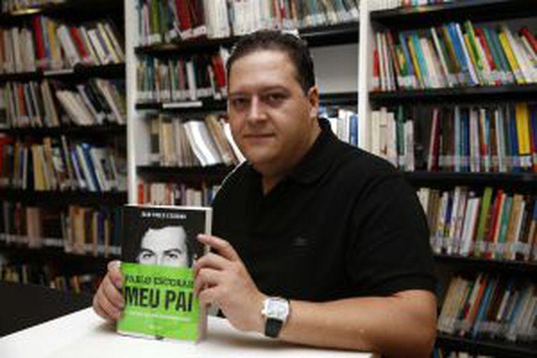 Juan posa com o livro, lançado esta semana no Brasil.