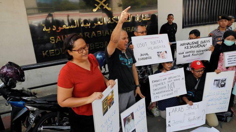 Jornalistas indonésios protestam pelo desaparecimento de Khashoggi na embaixada da Arábia Saudita em Jacarta