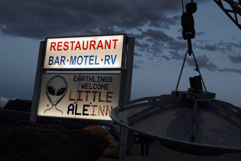 Cartaz do motel Little A'Lhe'Inn, em Rachel (Nevada).
