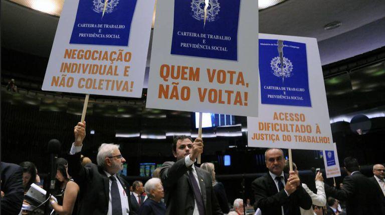Protesto da oposição na Câmara contra a aprovação da reforma trabalhista.