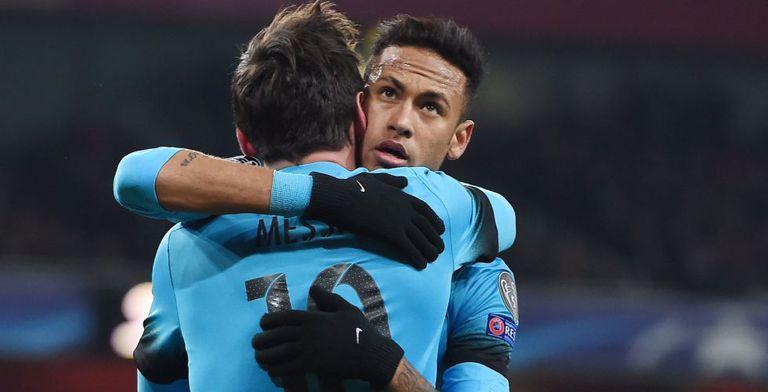 Neymar abraça a Messi no jogo contra o Arsenal.