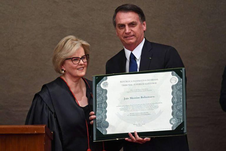 Jair Bolsonaro e a presidenta do TSE, Rosa Weber, durante cerimônia de diplomação do presidente eleito.