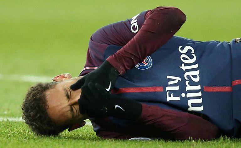 Neymar depois de sofrer lesão no tornozelo, durante o jogo contra o Olympique de Marselha no domingo.