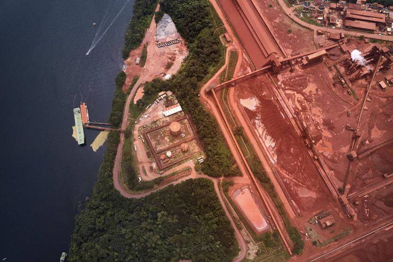 Vista aérea de um porto de carga do complexo minerador, sobre o rio Trombetas, próximo do território onde vive Drica.