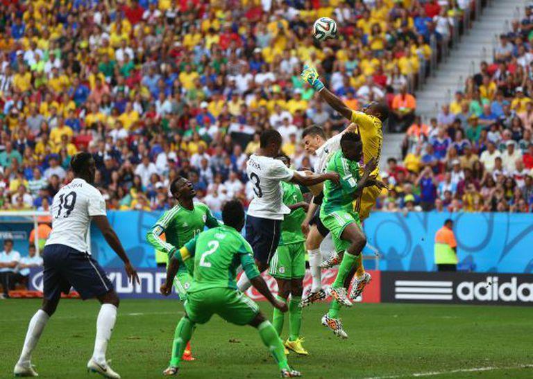 O goleiro Enyeama falha ao afastar a bola no lance que resultou em 1 x 0.